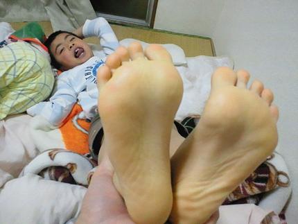 の 裏 黄色い 足 が